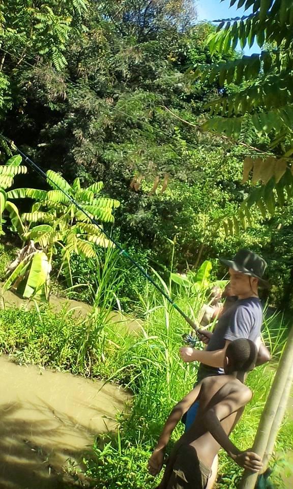 Julian angelt im Teich von Ahmed
