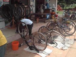 Vor_der_Werkstatt_Fahrräder_werden_gerichtet