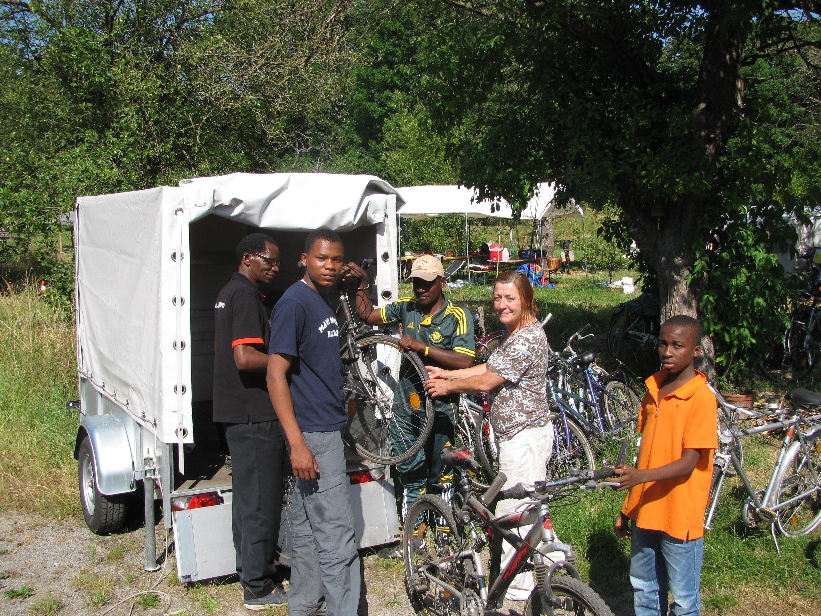 Repaatur_und_Verladen_von_Fahrrädern_zu_Technik_und_Solidarität