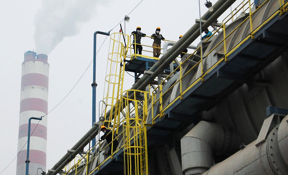 workers resting on the desalination devi