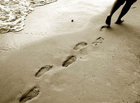 voetstappen-langs-zee.jpg
