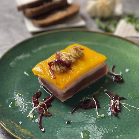 Tagliata di tonno rosso CBT, peperone giallo, crema di melanzana e cipolla croccante