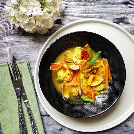 Minestrina al Curry: Vongole Veraci, Gamberoni e Verdure⠀