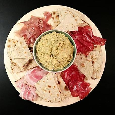RuotaPiadina Hummus di Ceci,Feta&Basilico e mix di salumi