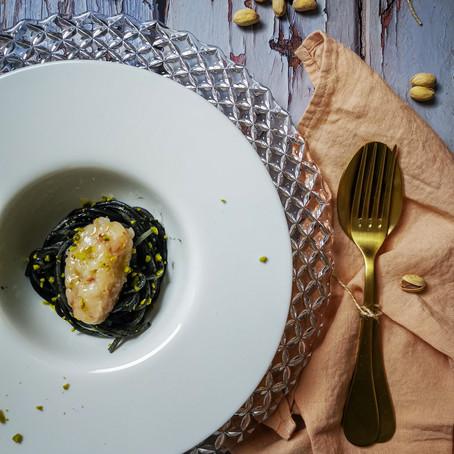 Spaghetto al Nero di Seppia, quenelle di Tartare di Gamberoni e Pistacchio
