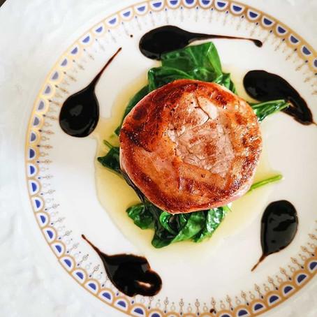 Filetto di Maialino in crosta di pancetta tesa, con spinacio al burro e crema di mosto d'uva⠀