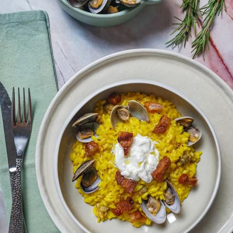 Risotto giallo all'onda: Vongole, Guanciale e Crema di Burrata