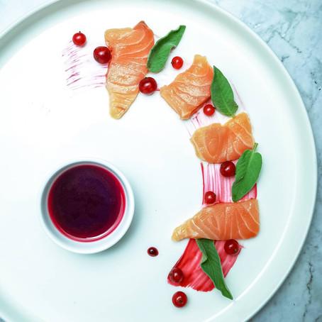 Sashimi di Salmone profumato alla salvia in salsa di melagrana