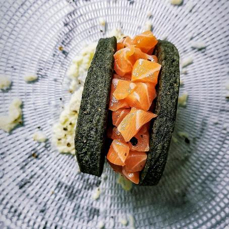 Biscotto al nero di seppia: Tartare di Salmone su crema di Cavolo Bianco ⠀⠀