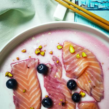 Carpaccio di salmone marinato al succo di Mirtillo⠀