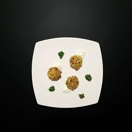 Polpette di Melanzane&Ricotta in crosta di Quinoa su formaggio alle Erbe aromatiche e pesto di R