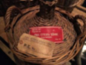Historische_Schnapskorbflasche_der_Firma