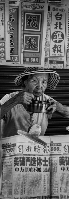 菜市場賣報婆婆.jpg