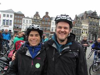 Meer dan 200 fietsers houden klimaatactie op Grote Markt Mechelen.