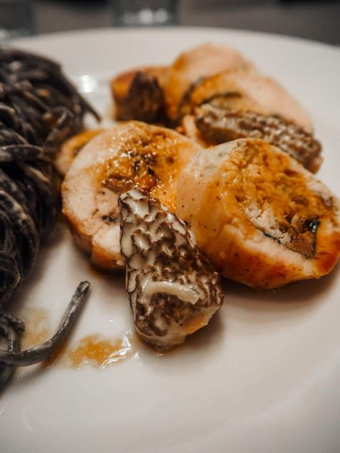 Volaille farcie aux anchois et sa sauce aux morilles