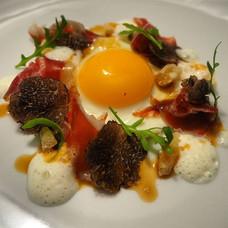 L'oeuf au plat tout simplement, parmesan en deux textures, jambon Bellota, truffe noire et jus d