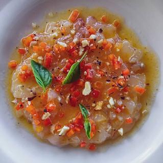 Carpaccio de langouste, fruits de la passion et huile de coco