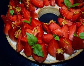 Tarte aux fraises moelleuse à la pistache et à la rose