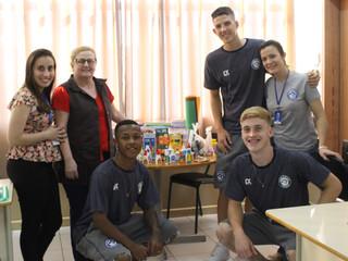 Mais de 1000 materiais escolares arrecadados foram entregues por atletas do Peixe