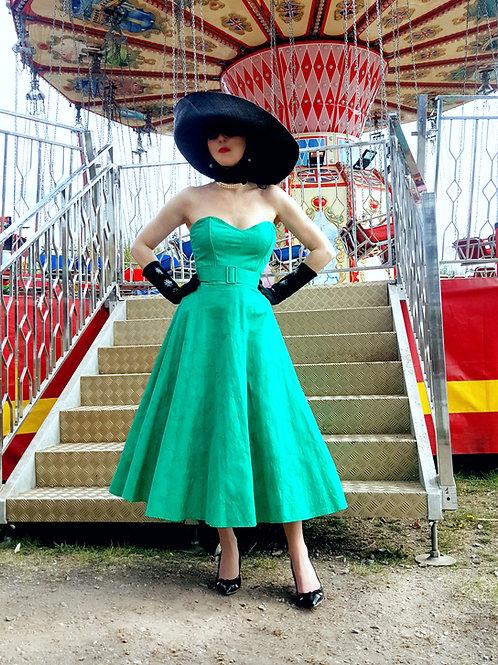 Ensemble vintage green dress, gloves shades, hat, silk scarf, stole