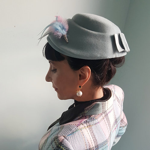 Vintage original 1950s wool hat with bow and feather detail
