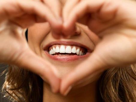 Um sorriso bem cuidado pode ser sinônimo de coração saudável.
