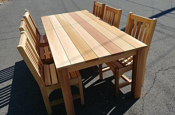table contemporaine en bois de cèedre