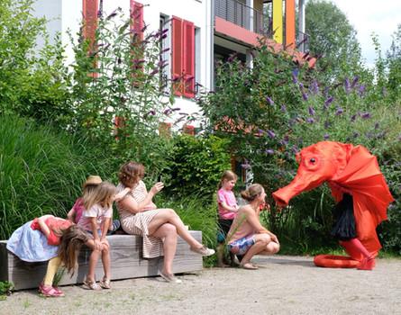 Sonderbare Begegnungen zur Eröffnungsveranstaltung in Hof 2 Foto: Ellen Kilger