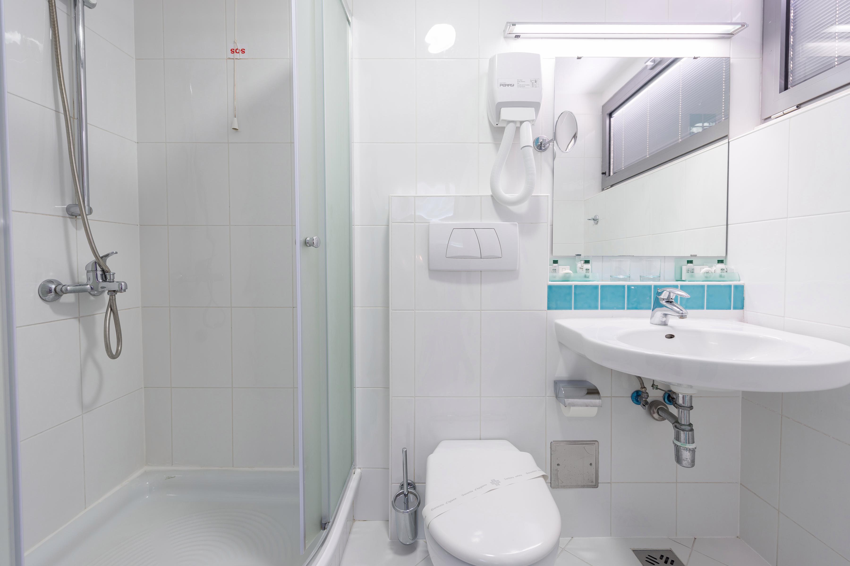 uvlala-hotel-room-bathroom-shower