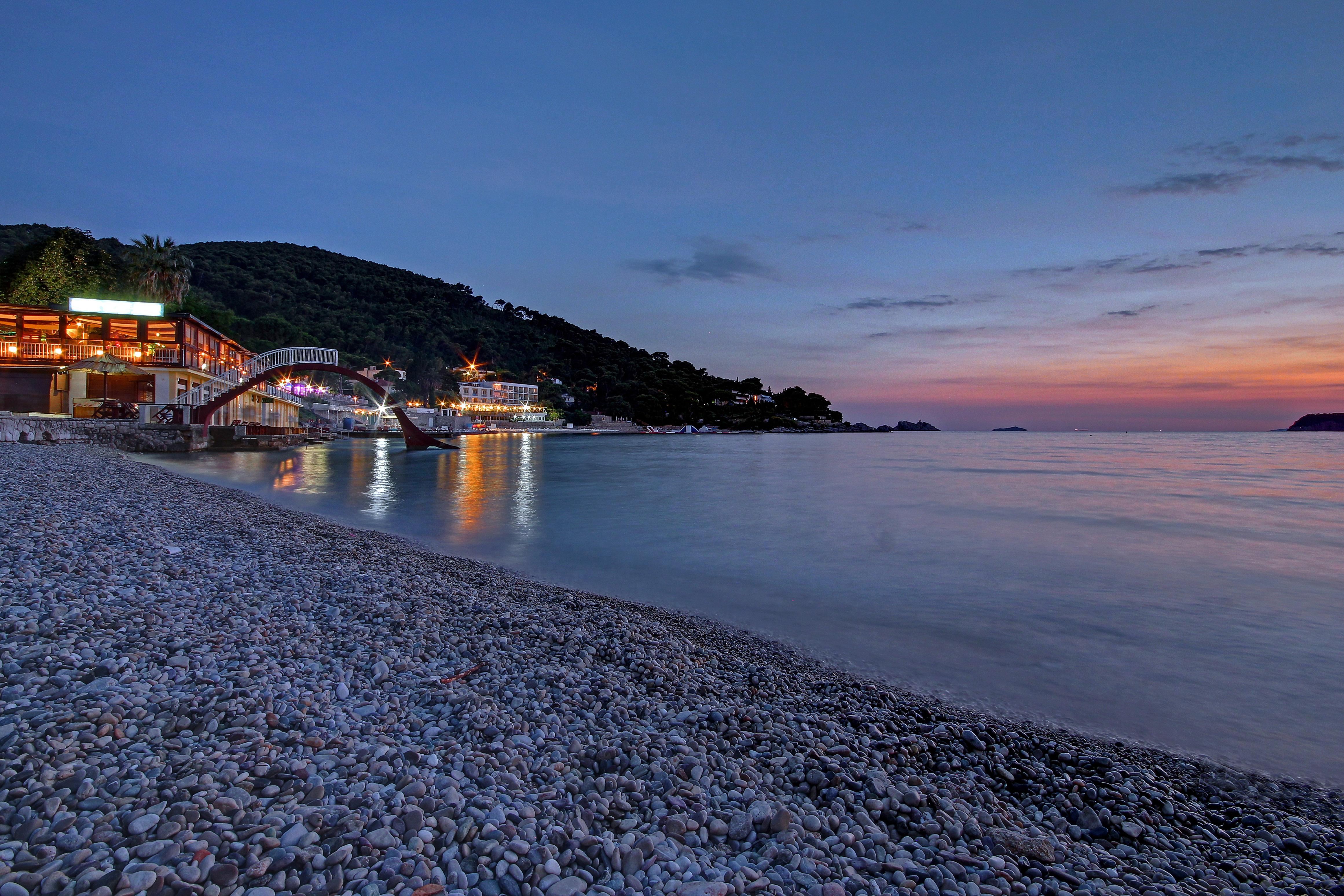 hotels-beach-night-lapadbay