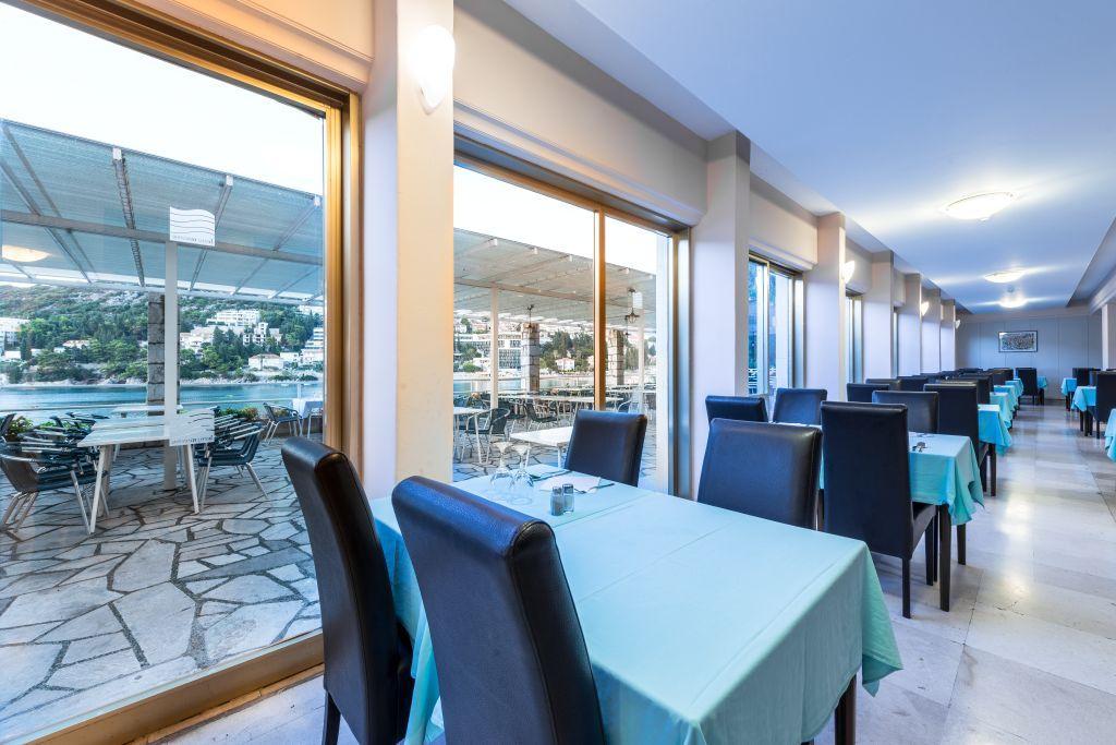 vis-hotel-restaurant-breakfast-setup