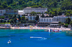 uvala-hotel-aerialview-fronthotel-lapadb