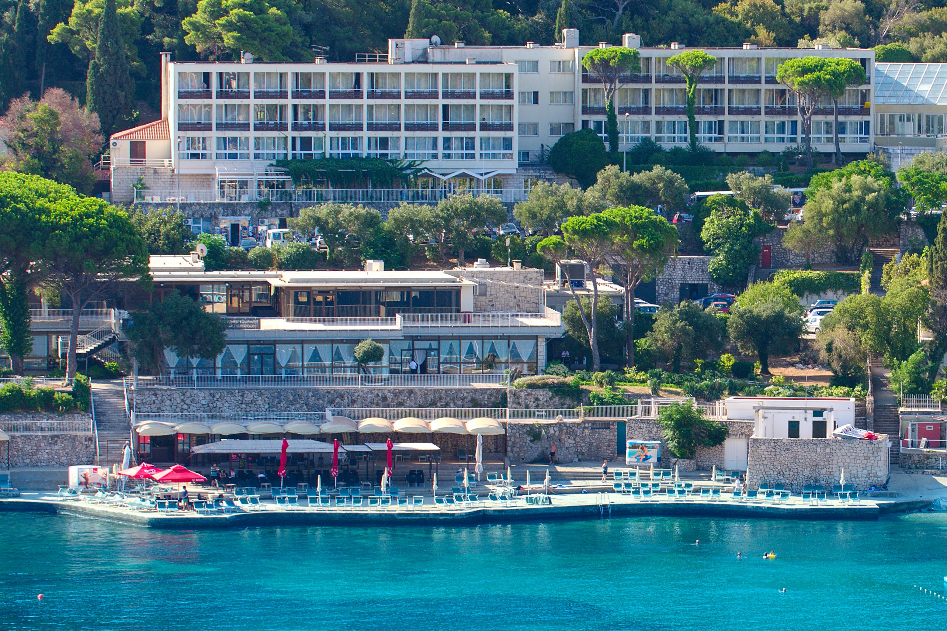 adriatic-hotel-beach-lapadbay-hotelgroun