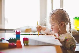 Kind malt Schritt für Schritt nach einem Kursvideo