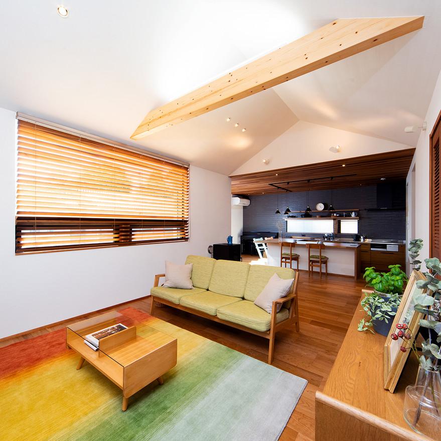HOUSE-TSU 勾配天井のリビング1