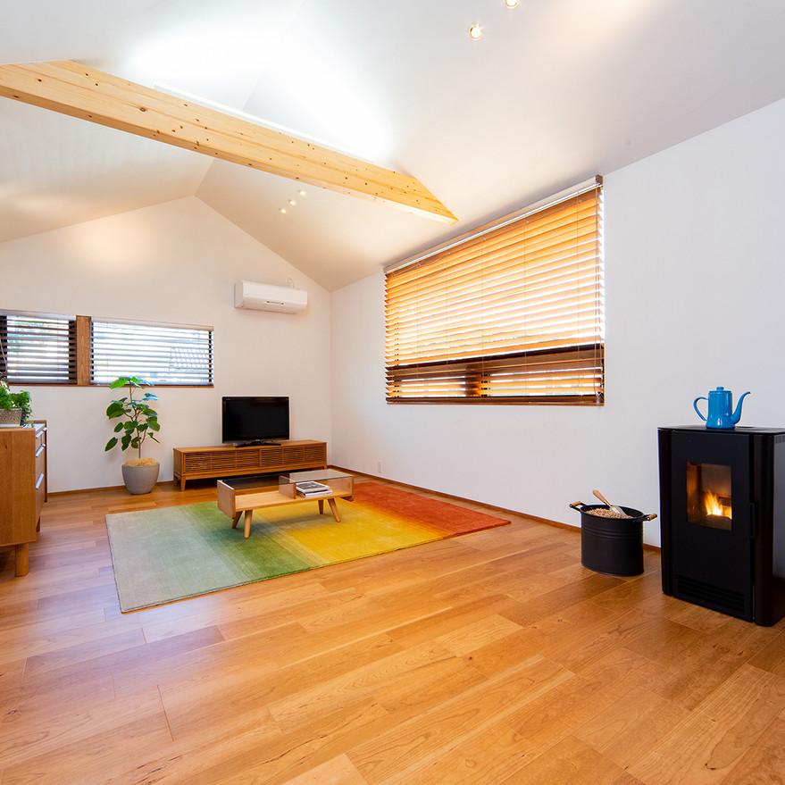 HOUSE-TSU 勾配天井のリビング2