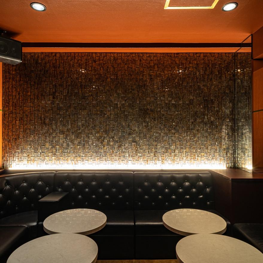 CLUB LUXZA VIPルーム ガラスタイルで高級感を出す