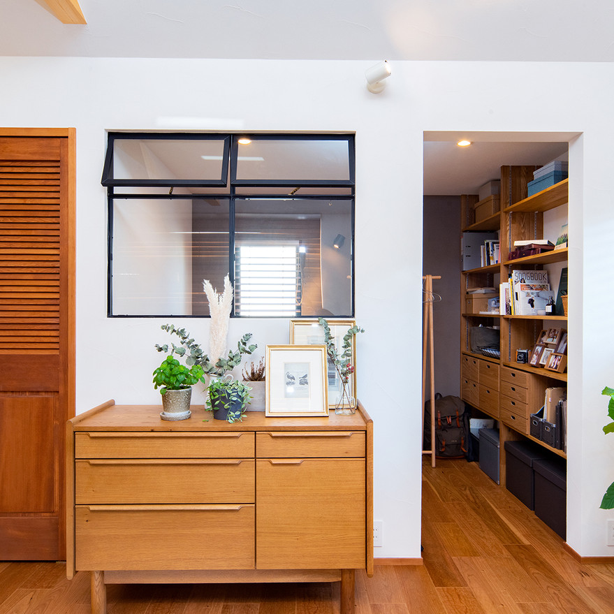 HOUSE-TSU 内装窓で気配を感じられる書斎