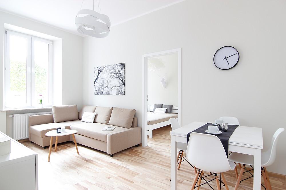 Jasne wnętrze po home stagingu, metamorfoza mieszkania