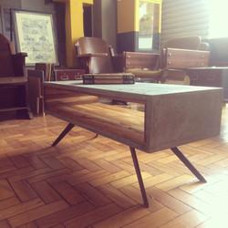 Mesa de concreto e madeira teca