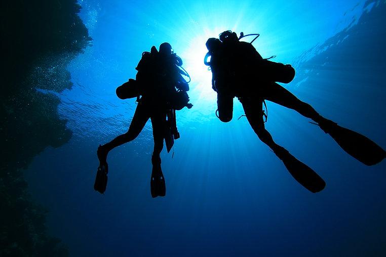 Silueta, de, mergulhadores scuba