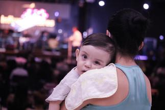 Mãe segurando bebê no culto