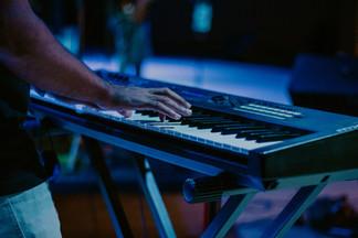 Tocando teclado na igreja