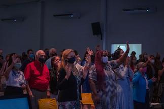Igreja com a mão levantada