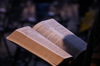 Lendo a bíblia na igreja