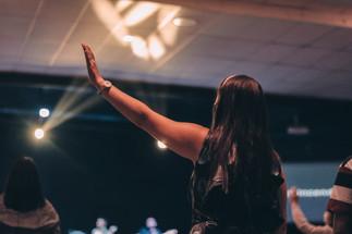 Mulher levantando a mão