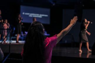 Mulher adorando a Deus
