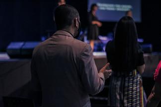 Homem orando na igreja