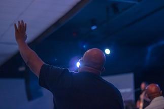 Homem adorando a Deus no louvor