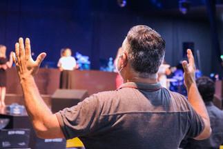 Homem adorando a Deus na igreja